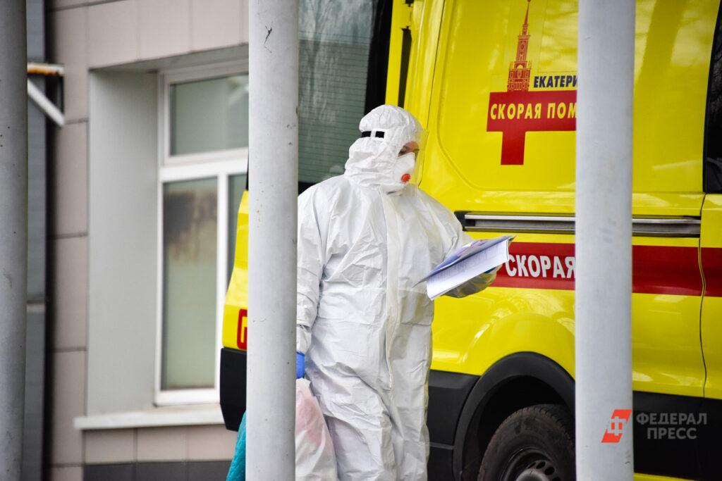 Кабмин выделил дополнительно почти 3 млрд рублей на выплаты медикам, работающим с больными COVID-19