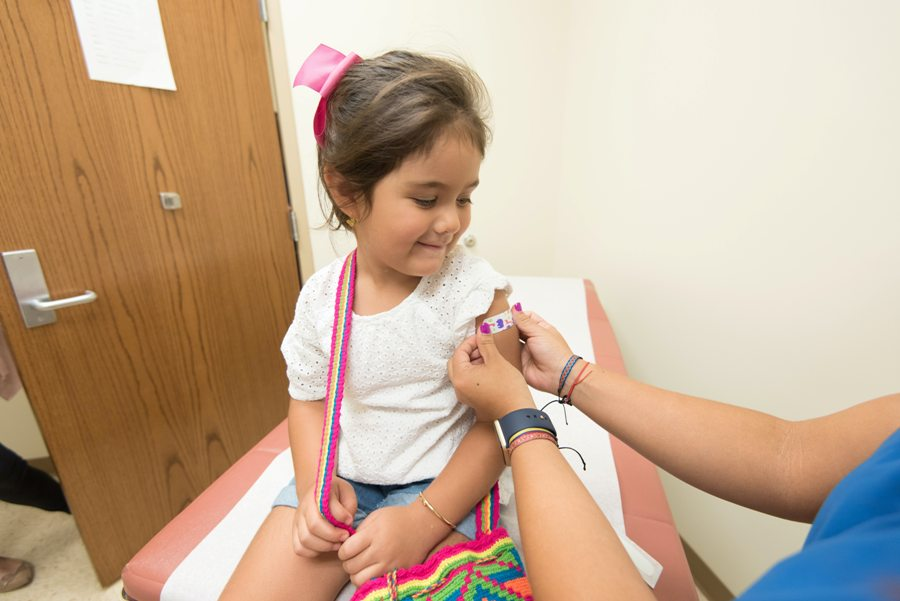 Эксперт Минздрава предложил сделать обязательной вакцинацию от COVID-19 для детей